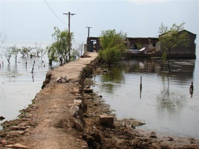 path to the Erhai lake