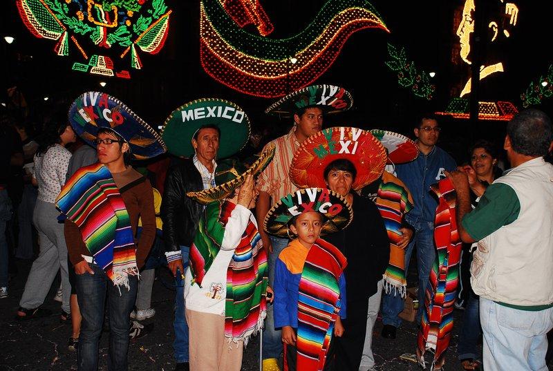 Cualquier familia  mexicana  el dia de la independencia