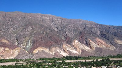 Bunte Steinformationen in der Quebrada de Humahuaca