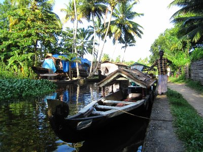 Kanu-Boot fuer die Backwaters-Tour
