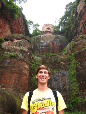 Zu Fuessen des Riesen-Buddhas