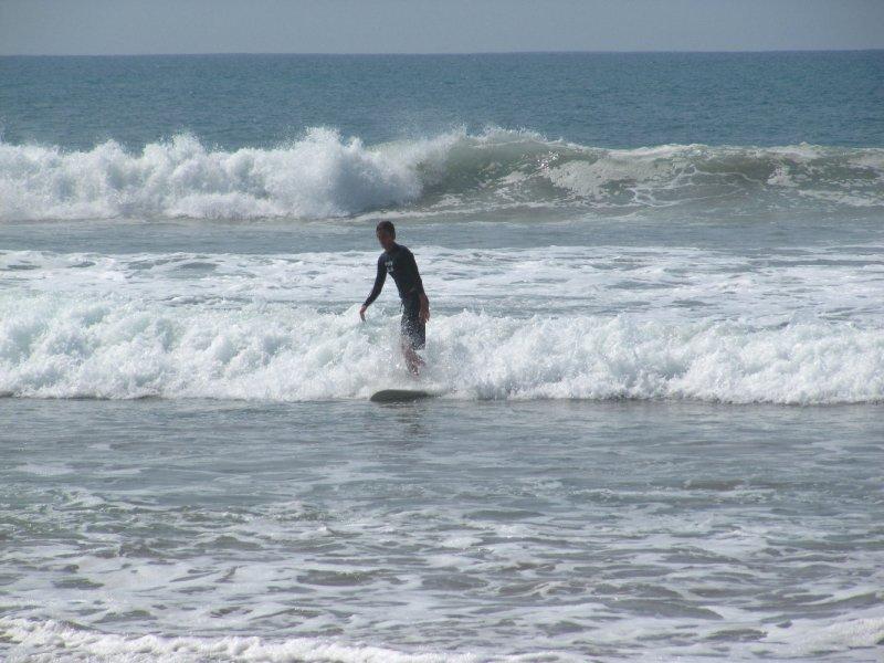 Surfen am Strand von Santa Teresa, Costa Rica