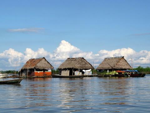 Drijvende huisjes bij Iquitos