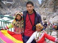 Kids at tiger leap gorge