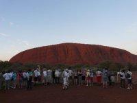 Uluru_-_Sunrise_crowd.jpg
