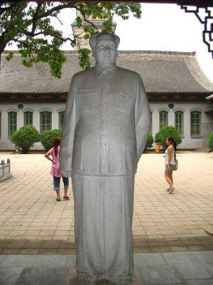 Welcome waves a Mao statue