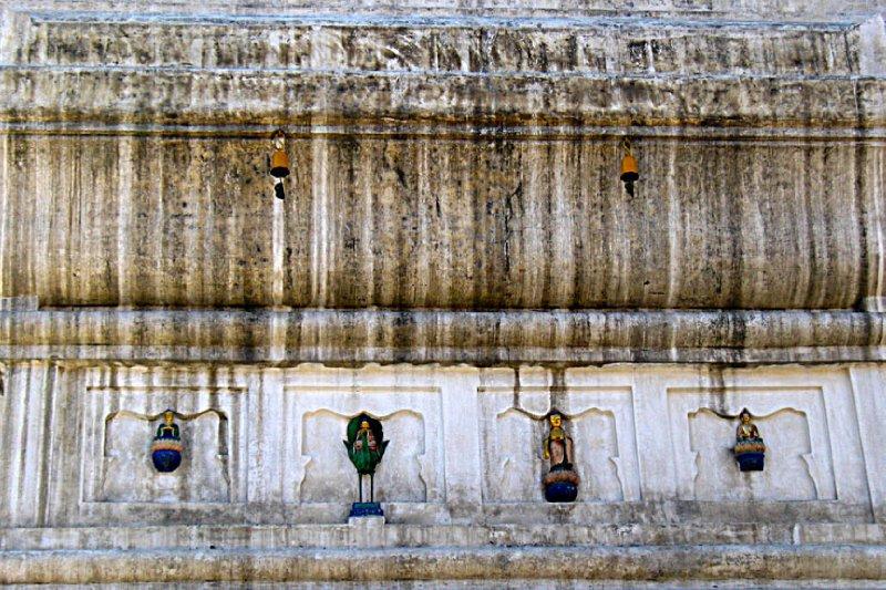 More high hanging Buddha images