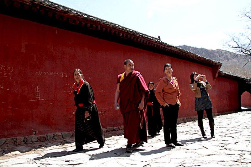 Tibetan tourists seeking photos