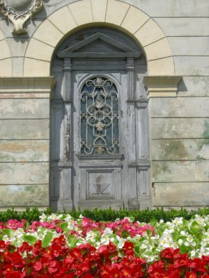 Sighi: door and flowers