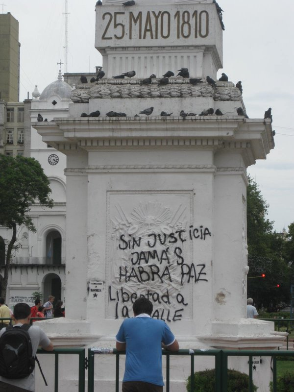 BA: plaza de mayo defacing