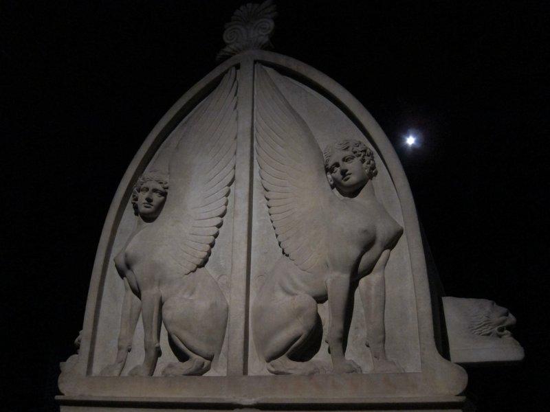 statue*