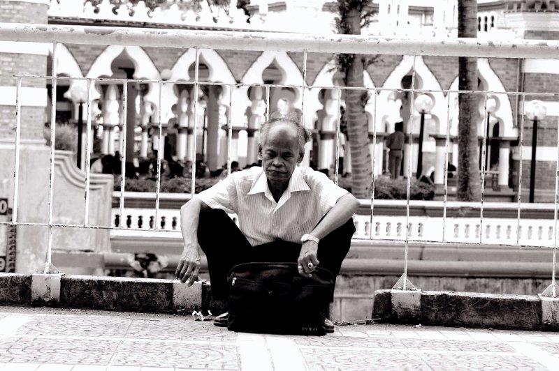 hombre en la mesquita