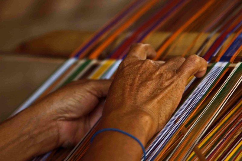 manos que tejen