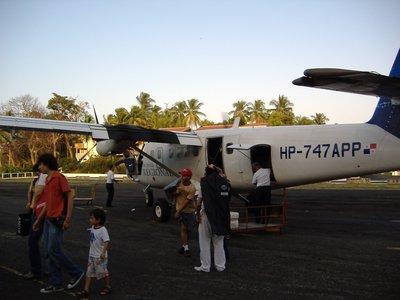 Unloading luggage, Contadora Airport