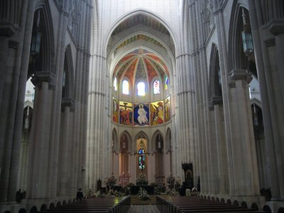 Altar_at_C..lmudena.jpg
