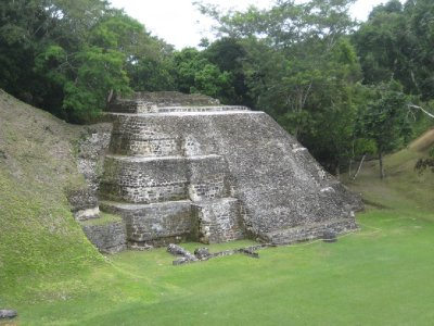 Xunantunich side building