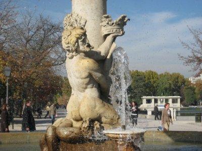 Holding the crown at fountain near lake in Parque de El Retiro