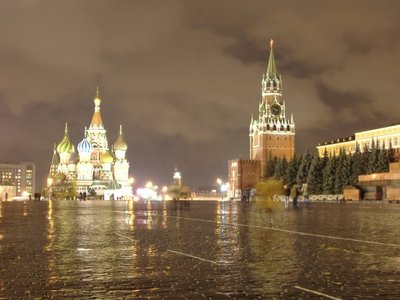 http://photos.travellerspoint.com/16695/MoscowAtNight.jpg