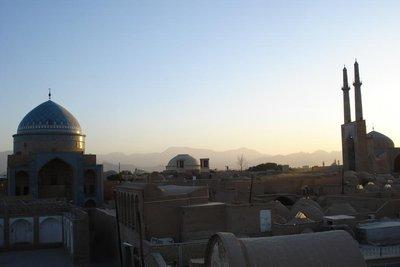 Blick von einem Hausdach ueber Yazd