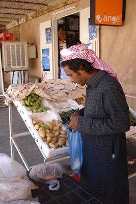 Ali - unser Beduinenguide in Wadi Rum beim Grosseinkauf