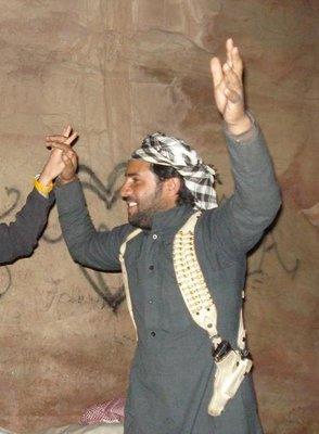 Alis Cousin tanzend und sehr gut bewaffnet