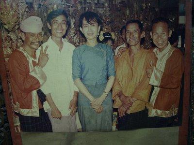 Aung San Suu Kyi mit den Moustache Brothers