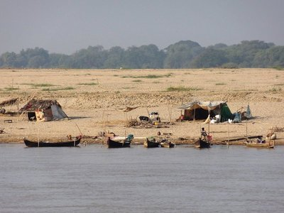Fischerfamilien am Flussufer