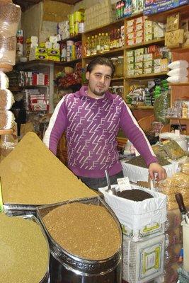 Im Souk von Aleppo - Gewürzeverkäufer