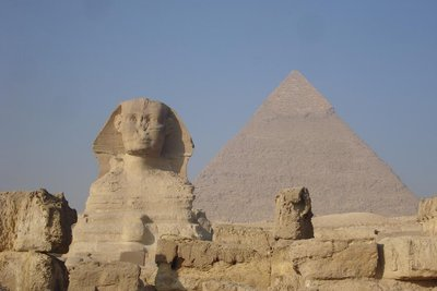 Sphinx mit Chephren-Pyramide im Hintergrund