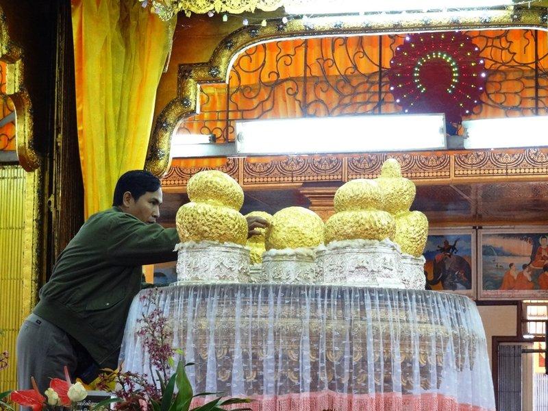 large_Phaung_Daw..beklebt.jpg
