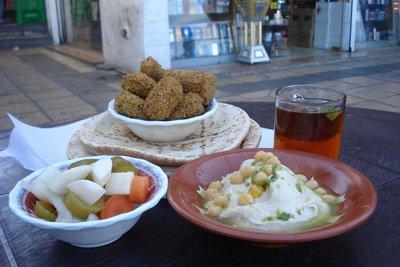 unser erstes Fruehstueck in Jordanien - Houmus, Fladenbrot und Tee