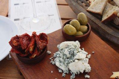 Vino__chee.._olives.jpg