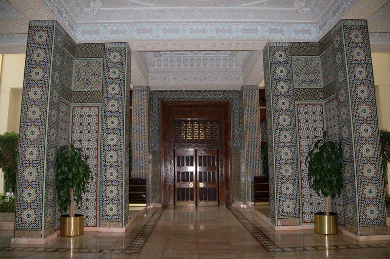 large_door_in_to_the_mosque.jpg
