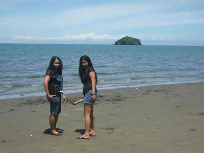 view from the Resto.</p><p>Namangha kami sa mura ng mga seafoods, akalain mo ung oyster na isang plato ay 30pesos lang..<br />[img=http://photos.travellerspoint.com/177126/1donna3.jpg