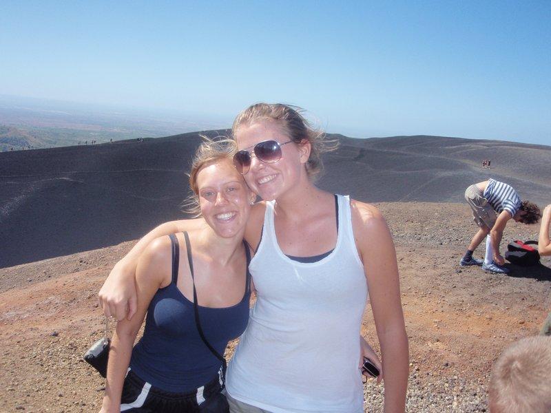 Kine og Miriam på vulkanen