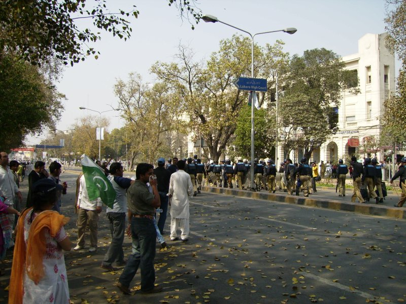 318 Pakistan Lahore - the police move in
