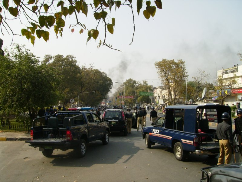 322 Pakistan Lahore - the police just chillin