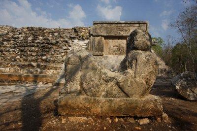Chichen_Itza_statue.jpg