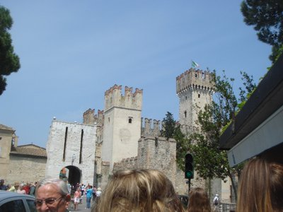 Castle_at_Serminione.jpg