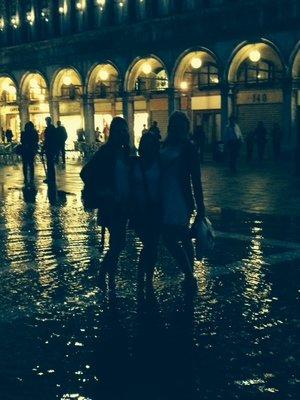 girls_in_the_rain_venice.jpg