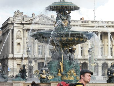Fountain_in_Paris.jpg