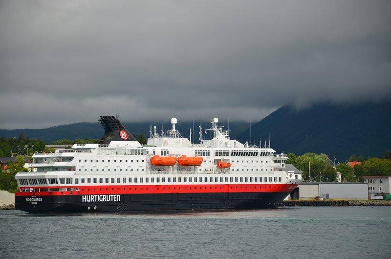 Hurtigruten i Risøyhamn