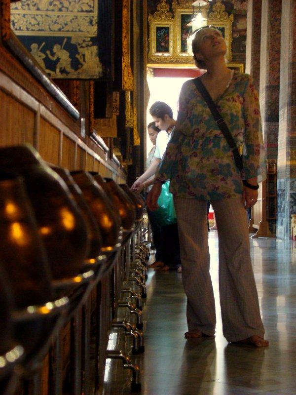 Almsgiving in Wat Pho