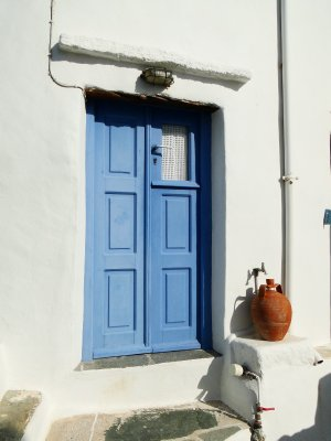 House door and water fountain in Kastro