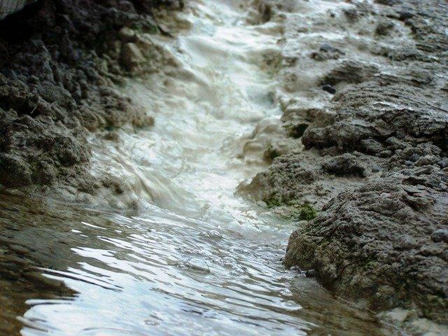 20091104 -  Wai-O-Tapu water running at artist pallett