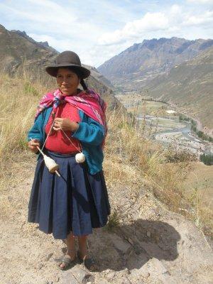 Peruvian lady on the walk to the Pisaq ruins.
