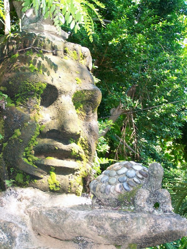 Sculpture on the Isla Cuale