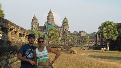 Nosotros con la entrada de Angkor Wat detras