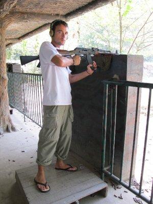 Adri disparando con una AK - 47...