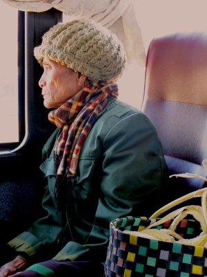 Mujer lao en el bus local